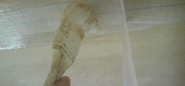 Как правильно побелить потолки в своём доме?
