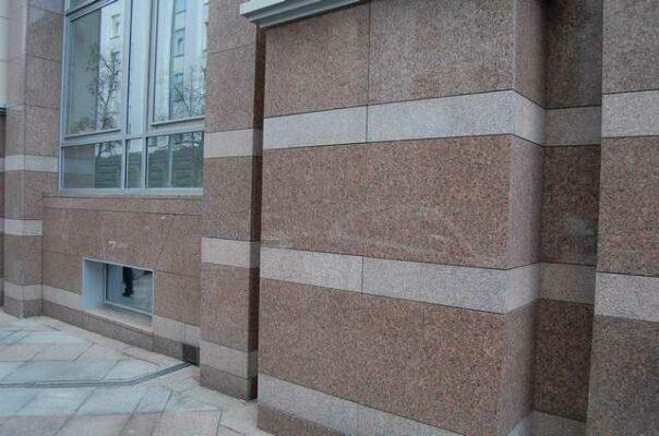 Отделка фасада гранитом офисных зданий во Владивостоке