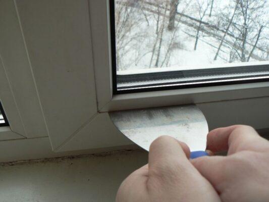 Окно плохо закрывается и из него дует